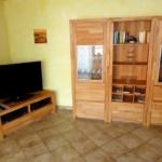 Fewo Baumgasse - Wohnzimerschrank und großer Flachbildfernseher